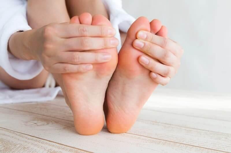 足の臭いの原因は素足・靴・靴下